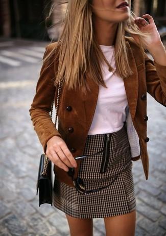 """Как и с чем носить: коричневый вельветовый двубортный пиджак, белая футболка с круглым вырезом, коричневая мини-юбка с узором """"гусиные лапки"""", черная кожаная сумка через плечо"""