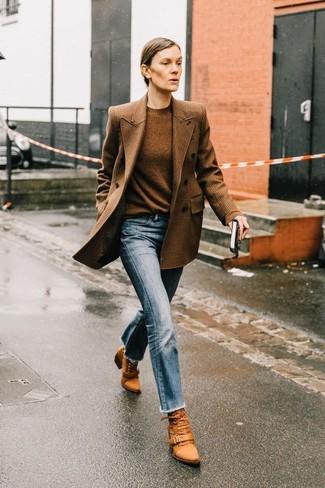 Как и с чем носить: коричневый двубортный пиджак в клетку, коричневый свитер с круглым вырезом, голубые джинсы, табачные кожаные ботильоны на шнуровке