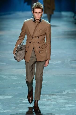 Модный лук: коричневый двубортный пиджак, серые классические брюки, темно-коричневые кожаные ботинки челси