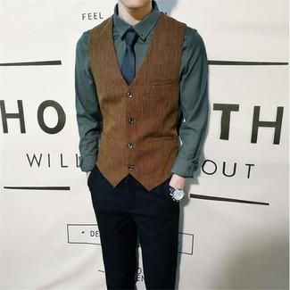 Как и с чем носить: коричневый жилет, темно-зеленая рубашка с длинным рукавом, черные брюки чинос, темно-синий галстук