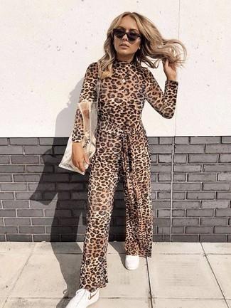 Как и с чем носить: коричневый комбинезон с леопардовым принтом, белые низкие кеды, прозрачная резиновая большая сумка, темно-коричневые солнцезащитные очки