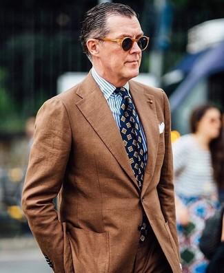 Как и с чем носить: коричневый костюм, бело-синяя классическая рубашка в вертикальную полоску, темно-синий галстук с принтом, белый нагрудный платок