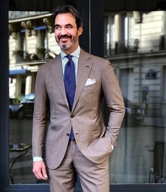 Как и с чем носить: коричневый костюм, бело-синяя классическая рубашка в вертикальную полоску, темно-синий галстук, белый нагрудный платок