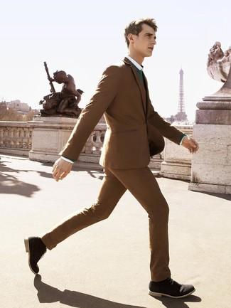 Как и с чем носить: коричневый костюм, зеленый свитер с круглым вырезом, белая классическая рубашка, черные замшевые ботинки дезерты