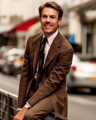 Модный лук: коричневый костюм в клетку, розовая классическая рубашка в вертикальную полоску, темно-синий галстук в горизонтальную полоску, коричневые кожаные часы
