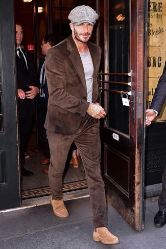 Как и с чем носить: коричневый вельветовый костюм, серая футболка с круглым вырезом, светло-коричневые замшевые ботинки челси, серая кепка