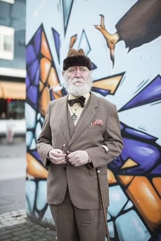 Как и с чем носить: коричневый костюм-тройка в шотландскую клетку, желтая классическая рубашка, темно-коричневый галстук-бабочка, красный нагрудный платок в горошек