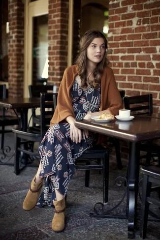 Как и с чем носить: коричневый открытый кардиган, темно-синее платье-макси с геометрическим рисунком, светло-коричневые замшевые ботильоны