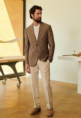 Светло-коричневые замшевые эспадрильи: с чем носить и как сочетать мужчине: Коричневый пиджак в вертикальную полоску в сочетании со светло-коричневыми классическими брюками поможет составить стильный и привлекательный ансамбль. Этот образ прекрасно дополнят светло-коричневые замшевые эспадрильи.