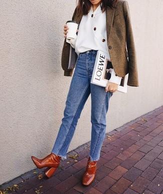 Как и с чем носить: коричневый шерстяной пиджак, белая блуза на пуговицах, синие джинсы, табачные кожаные ботильоны