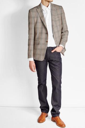 Как и с чем носить: коричневый пиджак в шотландскую клетку, белая классическая рубашка, темно-синие брюки чинос, табачные кожаные туфли дерби