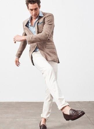 Как и с чем носить: коричневый льняной пиджак, голубая рубашка с длинным рукавом в вертикальную полоску, белые брюки чинос, темно-коричневые кожаные лоферы