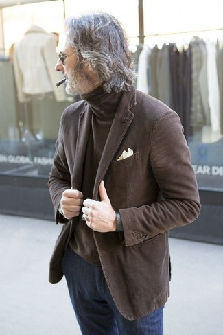 Как и с чем носить: коричневый пиджак, коричневая водолазка, темно-синие джинсы, бежевый нагрудный платок