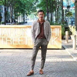 С чем носить серые брюки чинос: Коричневый пиджак в вертикальную полоску и серые брюки чинос — обязательные вещи в гардеробе парней с чувством стиля. Хочешь привнести сюда немного элегантности? Тогда в качестве дополнения к этому ансамблю, стоит обратить внимание на коричневые кожаные лоферы.