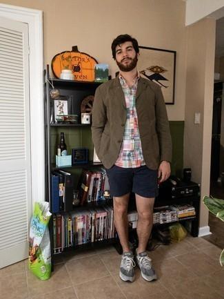 Мужские луки: Если ты из той категории мужчин, которые разбираются в моде, тебе понравится тандем коричневого пиджака и темно-синих шорт. Дополнив ансамбль серыми кроссовками, можно привнести в него немного динамичности.