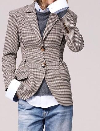 Как и с чем носить: коричневый пиджак в клетку, темно-серый свитер с круглым вырезом, белая классическая рубашка, голубые джинсы