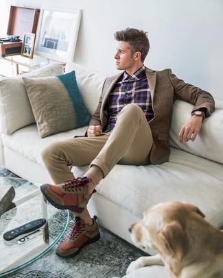 Как и с чем носить: коричневый шерстяной пиджак в клетку, темно-синяя классическая рубашка в шотландскую клетку, светло-коричневые брюки чинос, коричневые кроссовки