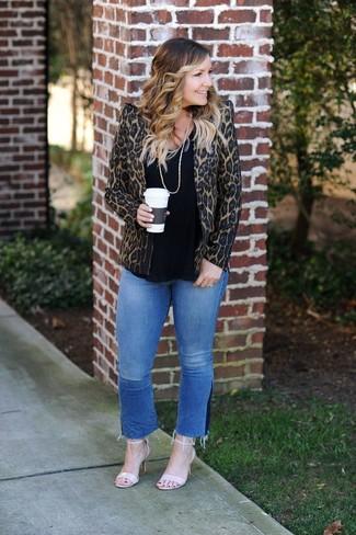 Как и с чем носить: коричневый пиджак с леопардовым принтом, черная футболка с круглым вырезом, синие джинсы, бежевые кожаные босоножки на каблуке
