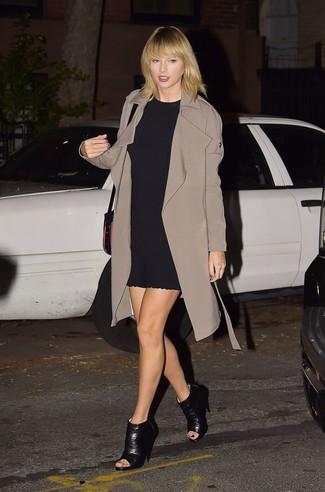 Как Taylor Swift носит Коричневый плащ, Черное платье прямого кроя, Черные кожаные ботильоны с вырезом, Черная кожаная сумка через плечо