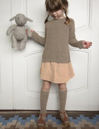Как и с чем носить: коричневый свитер, бежевая юбка в горошек, коричневые босоножки, коричневые носки