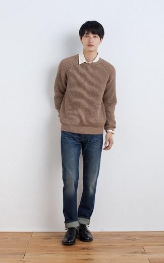 Модный лук: коричневый свитер с круглым вырезом, белая рубашка с длинным рукавом, темно-синие джинсы, черные кожаные туфли дерби