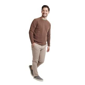 Как и с чем носить: коричневый свитер с круглым вырезом, зеленая футболка с круглым вырезом, бежевые брюки чинос, серые слипоны из плотной ткани