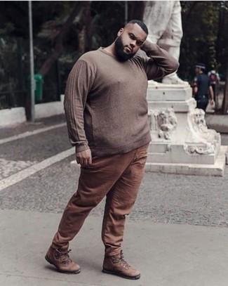 С чем носить коричневый свитер с круглым вырезом мужчине: Коричневый свитер с круглым вырезом в сочетании с коричневыми брюками чинос — классная идея для создания мужского образа в стиле элегантной повседневности. Почему бы не добавить в этот лук чуточку непринужденности с помощью коричневых кожаных рабочих ботинок?