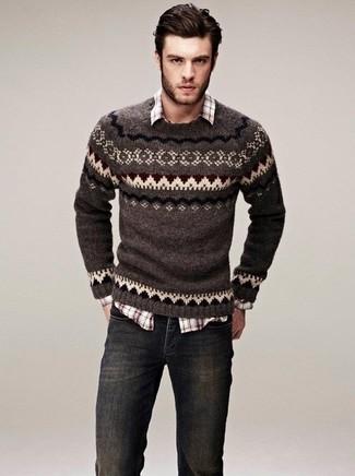 Модный лук: коричневый свитер с круглым вырезом с жаккардовым узором, коричневая рубашка с длинным рукавом в шотландскую клетку, темно-серые джинсы