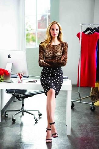 Как и с чем носить: коричневый свитер с круглым вырезом с леопардовым принтом, черно-белая юбка-карандаш в горошек, черные кожаные босоножки на каблуке
