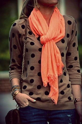 Как и с чем носить: коричневый свитер с круглым вырезом в горошек, темно-синие джинсы скинни, темно-коричневая кожаная сумка через плечо, оранжевый шарф