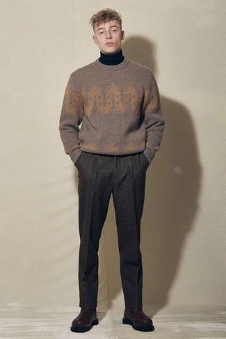 С чем носить темно-коричневые кожаные ботинки челси мужчине: Коричневый свитер с круглым вырезом с принтом и темно-серые шерстяные брюки чинос — необходимые предметы в гардеробе мужчин с чувством стиля. Что же касается обуви, можно отдать предпочтение классике и выбрать темно-коричневые кожаные ботинки челси.