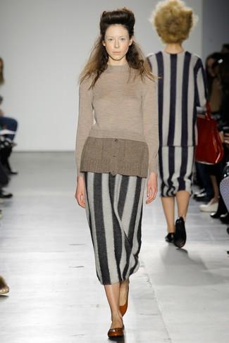 Как и с чем носить: коричневый свитер с круглым вырезом, черно-белая юбка-миди в вертикальную полоску, красные кожаные балетки