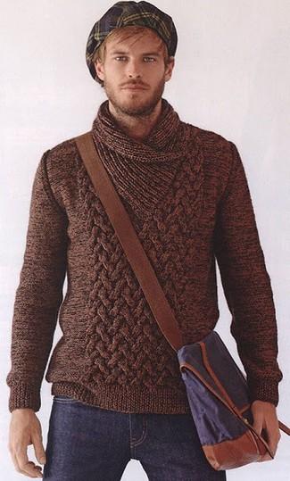 Как и с чем носить: коричневый свитер с отложным воротником, темно-синие джинсы, темно-синяя сумка почтальона из плотной ткани, темно-сине-зеленая кепка в шотландскую клетку