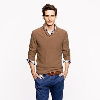 Как и с чем носить: коричневый свитер с v-образным вырезом, бело-темно-синяя рубашка с длинным рукавом в шотландскую клетку, темно-синие брюки чинос, коричневый кожаный ремень