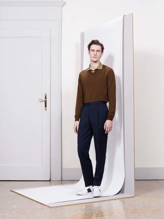Как и с чем носить: коричневый свитер с v-образным вырезом, оливковая футболка-поло, темно-синие классические брюки, белые кожаные низкие кеды