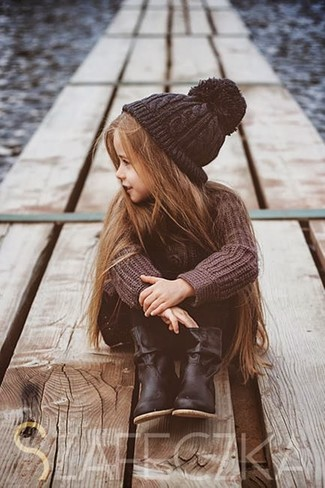 Как и с чем носить: коричневый свитер, черные леггинсы, черные ботинки, черная шапка