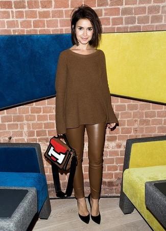 Как и с чем носить: коричневый вязаный свободный свитер, коричневые кожаные узкие брюки, черные замшевые туфли, разноцветная кожаная сумка-саквояж