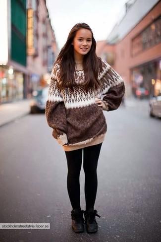 Как и с чем носить: коричневый свободный свитер с жаккардовым узором, черные леггинсы, черные кожаные ботинки на шнуровке