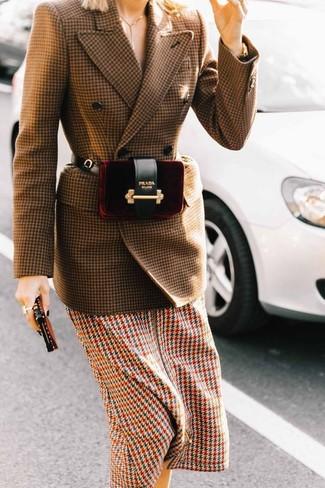 """Как и с чем носить: коричневый шерстяной двубортный пиджак с узором """"гусиные лапки"""", разноцветное платье-миди с узором """"гусиные лапки"""", темно-красная бархатная поясная сумка"""