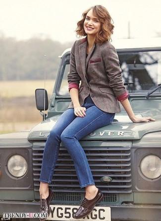Как и с чем носить: коричневый шерстяной пиджак в клетку, синие джинсы скинни, темно-коричневые кожаные броги