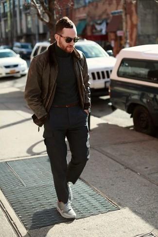 Темно-серая водолазка: с чем носить и как сочетать мужчине: Сочетание темно-серой водолазки и темно-серых брюк карго поможет выглядеть аккуратно, но при этом подчеркнуть твой индивидуальный стиль. Завершив лук серыми кроссовками, можно привнести в него немного динамичности.
