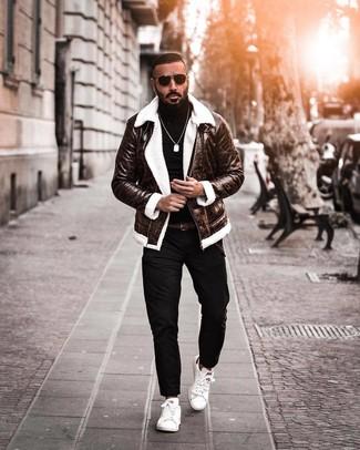 Как и с чем носить: темно-коричневая короткая дубленка, черная водолазка, черные брюки чинос, белые кожаные низкие кеды