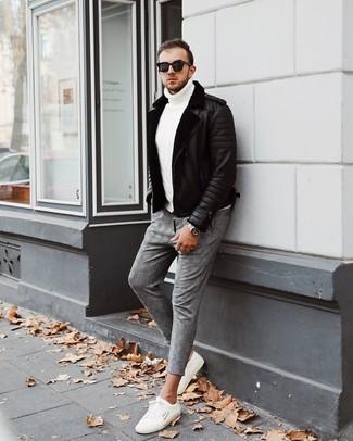 Как и с чем носить: черная короткая дубленка, белая вязаная водолазка, серые брюки чинос в шотландскую клетку, белые низкие кеды