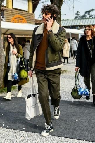 Коричневая водолазка: с чем носить и как сочетать мужчине: Коричневая водолазка смотрится прекрасно в паре с оливковыми брюками чинос. Нравится экспериментировать? Тогда дополни образ черно-белыми высокими кедами из плотной ткани.