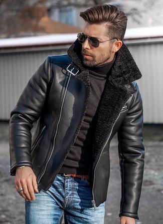 Как и с чем носить: черная короткая дубленка, черная водолазка, синие джинсы, табачный кожаный плетеный ремень