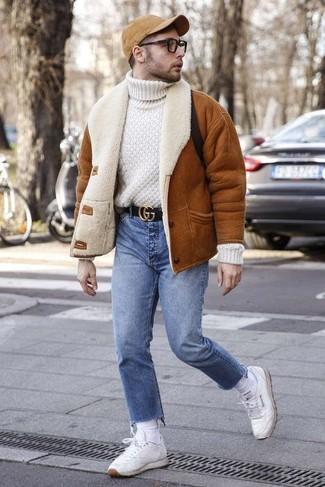 Как и с чем носить: табачная короткая дубленка, белая шерстяная вязаная водолазка, синие джинсы, белые кожаные низкие кеды