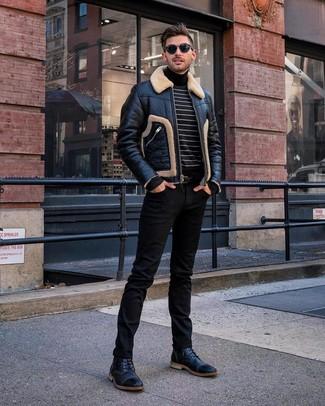 Как и с чем носить: черная короткая дубленка, черно-белая водолазка в горизонтальную полоску, черные джинсы, черные кожаные повседневные ботинки