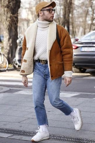 Мода для 20-летних мужчин: Несмотря на свою несложность, образ из табачной короткой дубленки и голубых джинсов неизменно нравится джентльменам, а также покоряет сердца прекрасных дам. Дополни лук белыми кожаными низкими кедами, если боишься, что он получится слишком зализанным.