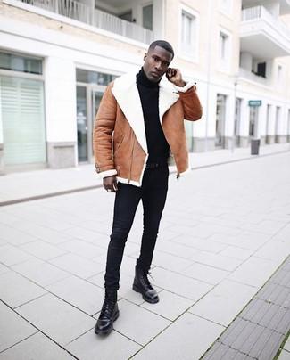 Как и с чем носить: коричневая короткая дубленка, черная водолазка, черные зауженные джинсы, черные кожаные повседневные ботинки