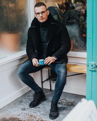 Как и с чем носить: черная короткая дубленка, темно-зеленая водолазка, темно-синие зауженные джинсы, черные замшевые повседневные ботинки